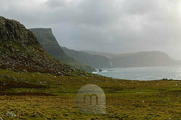 Meeresküste mit Klippen in Schottland