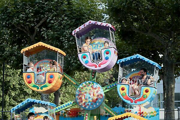 Kinder auf einem kleinen Riesenrad in Frankfurt während der Mainspiele.