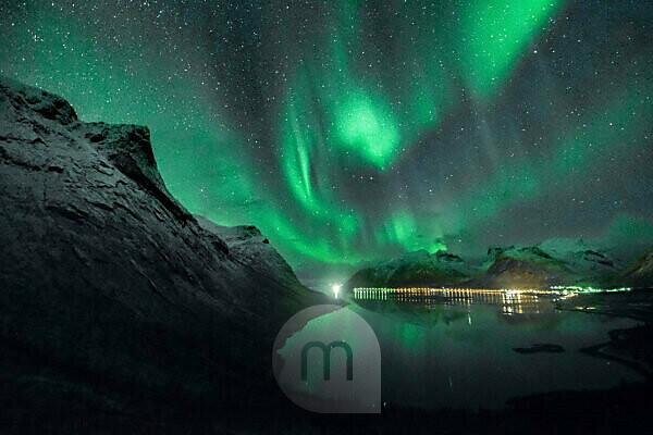 Nordlichter / Aurora borealis über Bergsbotn, einem Fjord der Insel Senja in Norwegen