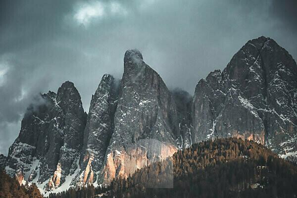 Ein Teil der Geisler-Gruppe in den Dolomiten im Val die Funes (Vilnößtal)