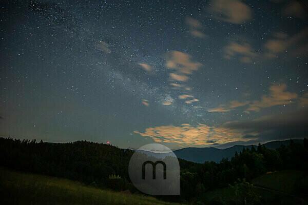 Milchstraße über dem Nordschwarzwald im Sommer bei Nacht.