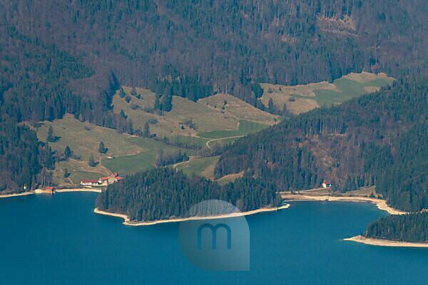 Herzförmige Halbinsel bei Sachenbachers am Walchensee in den bayrischen Voralpen, fotografiert vom Simetsberg im Estergebirge