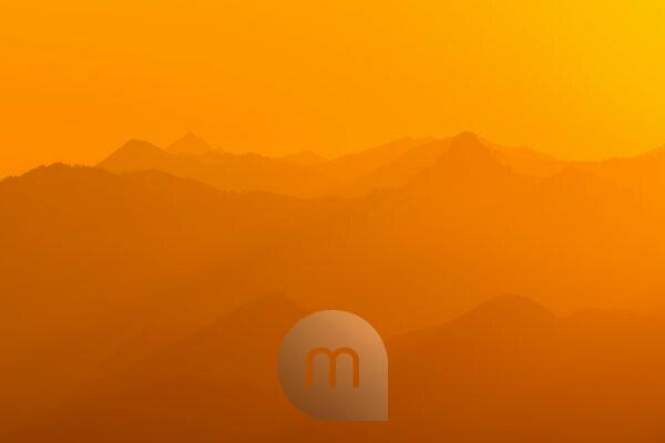 Goldenes Licht vom Sonnenaufgang über dem Rofangebirge