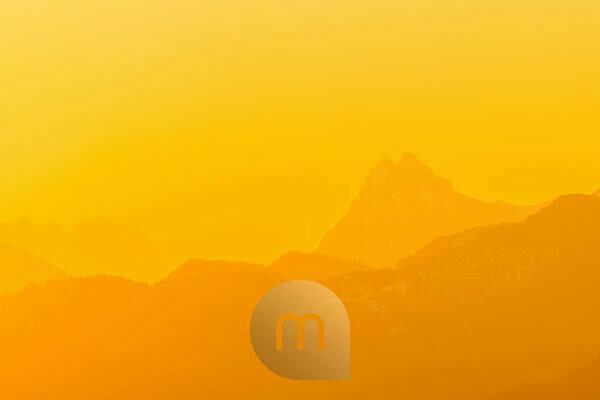 Goldenes Licht vom Sonnenaufgang über dem Rofangebirge mit dem vorstehenden Guffert