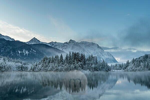 Sonnenaufgang am winterlichen Stausee Krün nach nächtlichem Neuschnee und im Hintergrund das Karwendel Gebirge