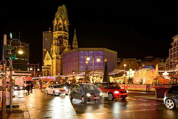 Germany, Berlin, Christmas market at the Kaiser Wilhelm Memorial Church, Breitscheidplatz.