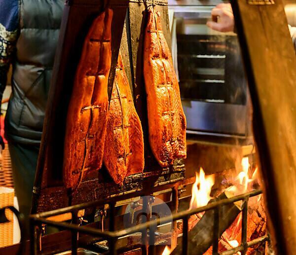 Deutschland, Berlin, Weihnachtsmarkt am Roten Rathaus/Alexanderplatz, Marktstand mit Flammlachs.