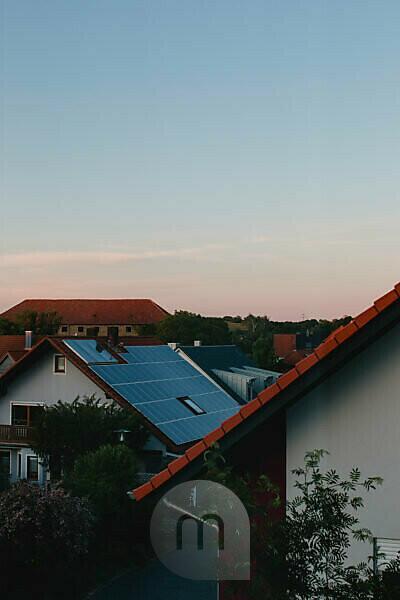 Solaranlagen über den Dächern von Rottendorf in Unterfranken