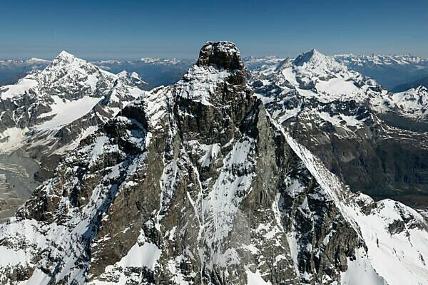 Italien, Piemont, Schweiz, Kanton Wallis, Zermatt, Matterhorn von Süden mit Liongrat und Furgggrat, im Hintergrund Dent Blanche und Weisshorn