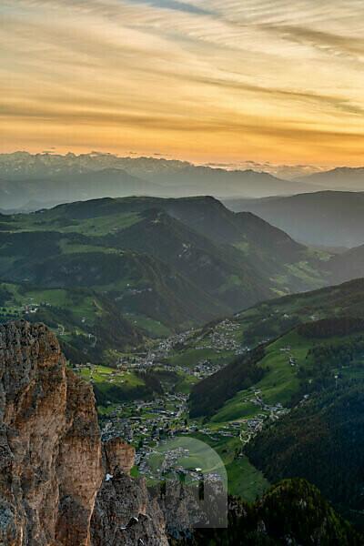 Grödner Joch, Provinz Bozen, Südtirol, Italien. Blick bei Sonnenuntergang vom Gipfel der Großen Cirspitze hinunter in das Grödner Tal