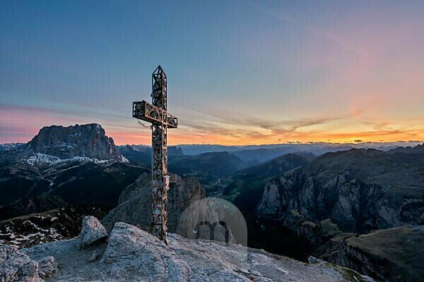 Grödner Joch, Provinz Bozen, Südtirol, Italien. Blick bei Sonnenuntergang vom Gipfel der Großen Cirspitze hinunter in das Grödner Tal und zum Langkofel