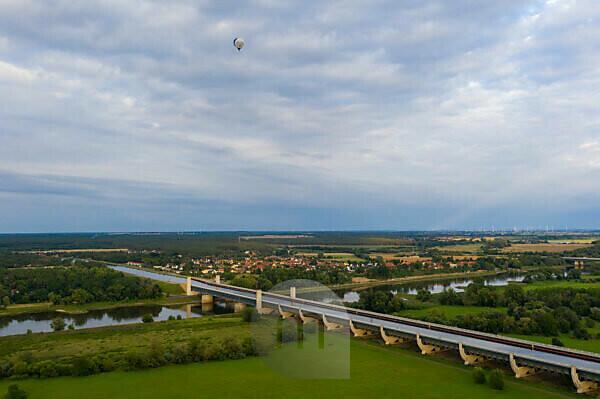 Deutschland, Sachsen-Anhalt, Magdeburg, Wasserstraßenkreuz, Mittellandkanal führt in einer Trogbrücke über die Elbe, mit 918 Meter die größte Kanalbrücke Europas.
