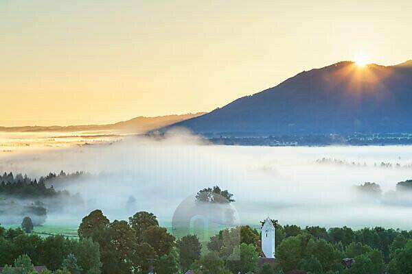 Sonnenaufgang über dem Brauneck, Blick von Großweil, Oberbayern, Bayern, Süddeutschland, Deutschland, Europa