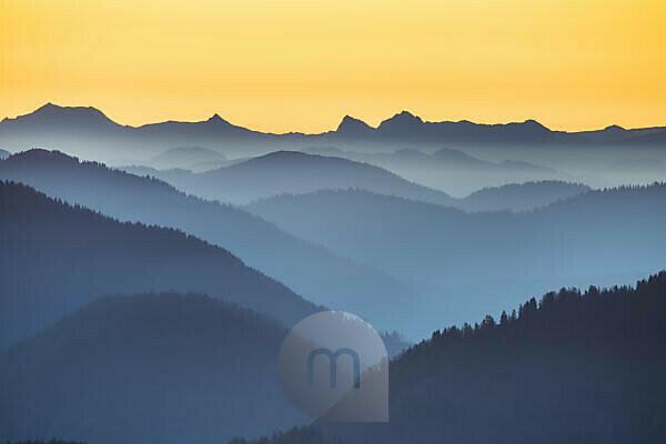 Ausblick vom Gipfel des Roßstein (1698m) zum Sonnenaufgang, Tegernseer Berge, Mangfallgebirge, Oberbayern, Bayern, Süddeutschland, Deutschland, Europa