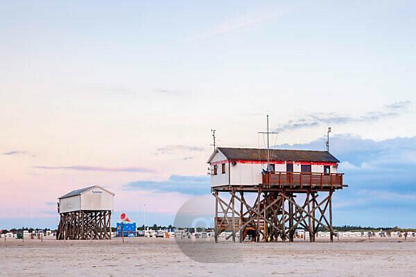 Pfahlbau am Strand von St. Peter-Ording, Halbinsel Eiderstedt, Nordfriesland, Schleswig-Holstein, Norddeutschland, Deutschland, Europa