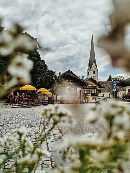 Blick auf den Kirchturm der Alten Pfarrkirche St. Martin im alten Teil von Garmisch