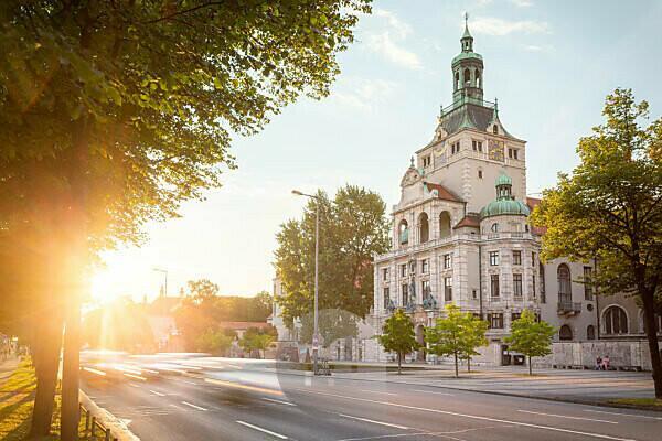 Bayerisches Nationalmuseum und Prinzregentenstraße bei tief stehender Sonne