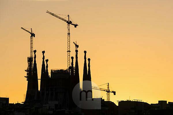 Barcelona, Sagrada Familia mit Baukränen als Silhouette, Abendlicht