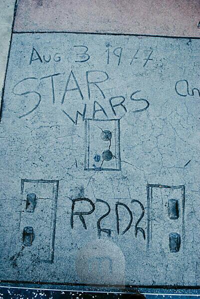 USA, Kalifornien, Los Angeles, Hollywood Boulevard, Starwars Charaktere Hand- und Schuhabdrücke von R2D2 beim Grauman's Chinese Theatre