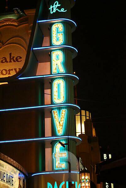 """USA, Kalifornien, Los Angeles, Leuchtschriftzug des Einkaufszentrums """"The Grove"""""""