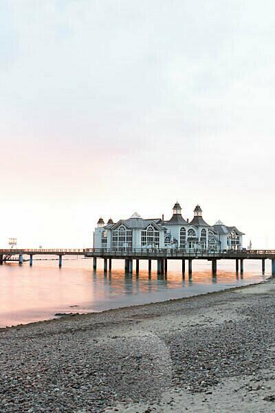 Deutschland, Mecklenburg-Vorpommern, Insel Rügen, Ostseebad Sellin, Seebrücke zum Sonnenaufgang