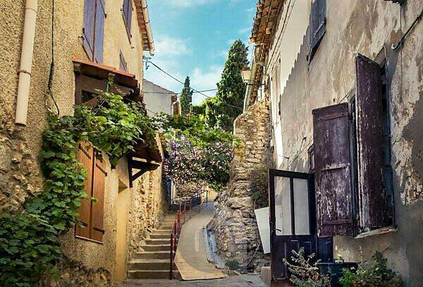 Dorfkern von Gruissan im Sommer