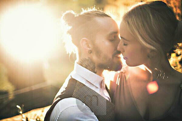 Junges Paar, natürlich, glücklich, verliebt