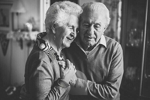 Glückliche Senioren in ihrem Zuhause