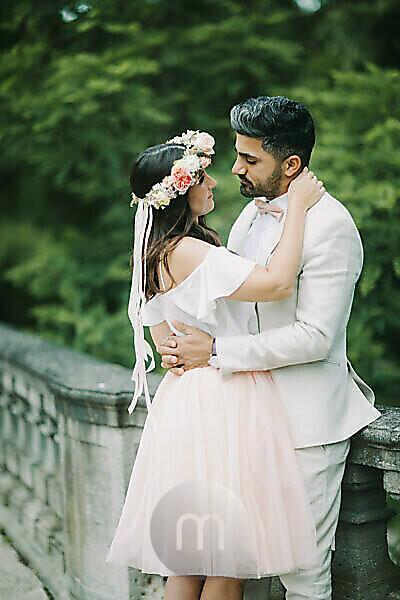 junges Brautpaar, glücklich, verliebt, außen, Umarmung, Blickkontakt