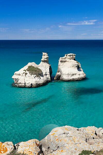 Felsenküste bei Torre dell'Orso mit den zwei Steinsäulen Due Sorello (2 Schwestern), Adria, Mittelmeer, bei Otranto, Provinz Lecce, Salentische Halbinsel, Apulien, Italien