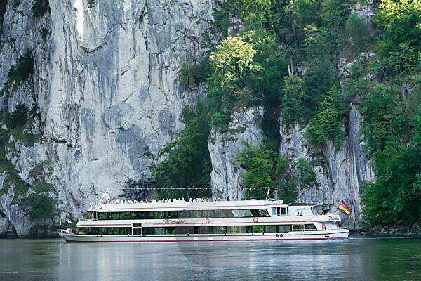 Ausflugsschiff am Donaudurchbruch am Kloster Weltenburg bei Kelheim an der Donau, Niederbayern, Deutschland