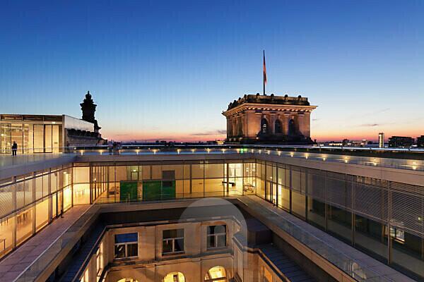 Auf dem Reichstaggebäude bei Sonnenuntergang, Mitte,  Berlin, Deutschland