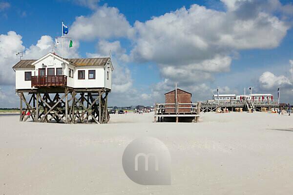 Pfahlbauten am Strand von Sankt Peter Ording, Halbinsel Eiderstedt, Schleswig Holstein, Deutschland