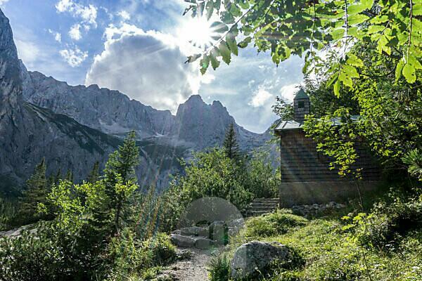 Deutschland, Bayern, Bayerische Alpen, Garmisch-Partenkirchen, Höllental, Blick durch das Höllental auf die Zugspitze und den Höllentalferner