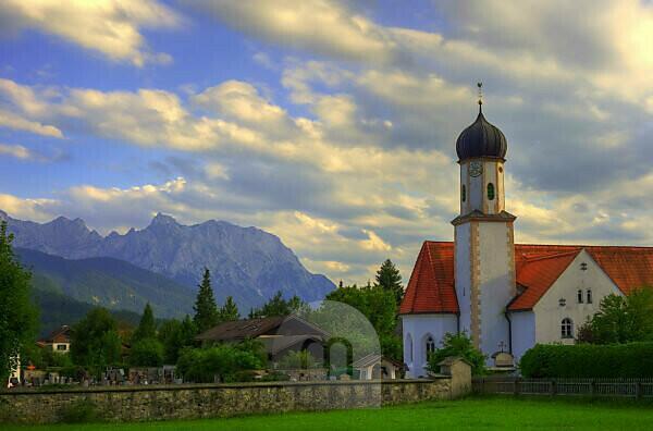Im Vordergrund die Kirche von Wallgau und im HG das Karwendelgebirge.
