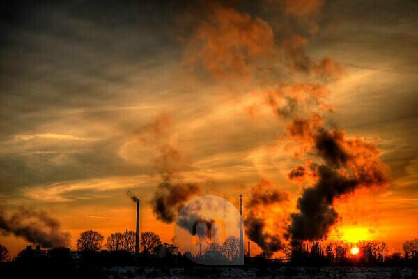 Industriekomplex im winterlichen Licht der untergehenden Sonne
