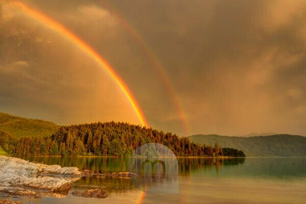 Doppelter Regenbogen über dem Walchensee
