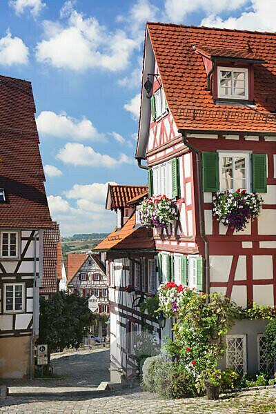Gasse und Fachwerkhaus in der Altstadt von Herrenberg, Baden-Württemberg, Deutschland