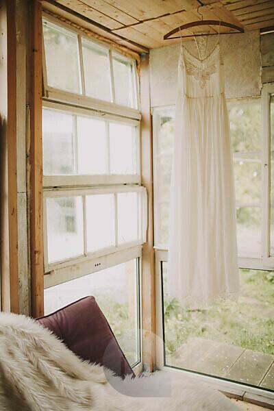 Alternative Hochzeit, Gartenhäuschen, Brautkleid