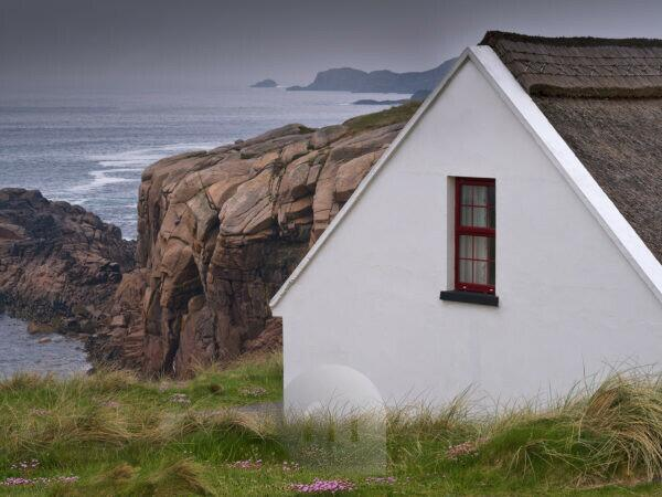 Ireland, Donegal, fishing house with thatched roof at the Gweedore Bay close Derrybeg