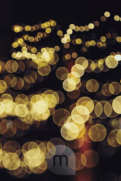 Lichter einer weihnachtlichen Beleuchtung in der Stadt,
