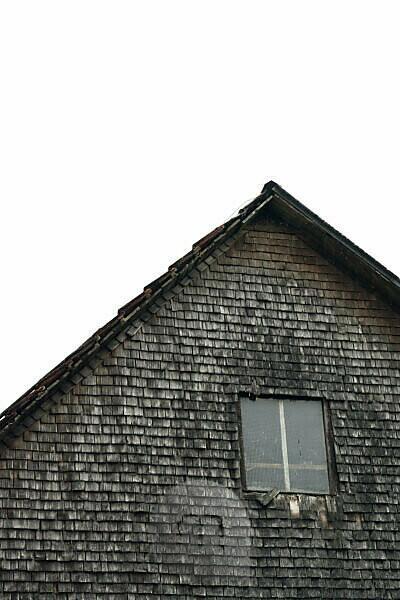 Dachgiebel, Fassade, Fenster, alte Schindeln, grau und verwittert an einem Holzhaus im Schwarzwald