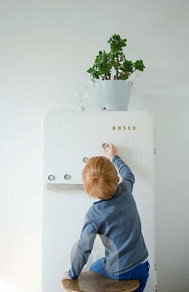 DIY, flower pot on fridge, child fix fridge magnets made of bottle cap