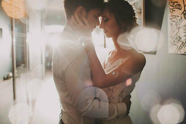 Brautpaar, verliebt, Umarmung, Halbporträt, Detail, Gegenlicht,