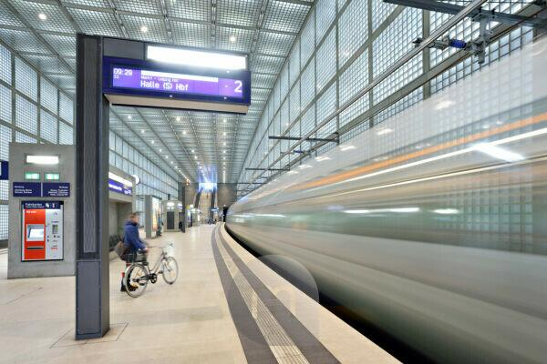 Germany, Saxony, Leipzig, City Tunnel Leipzig, station 'Wilhelm-Leuschner-Platz', arriving city train, bulb exposure, light traces, scoreboard