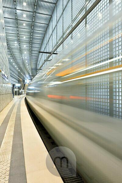 Germany, Saxony, Leipzig, City Tunnel Leipzig, station 'Wilhelm-Leuschner-Platz', arriving city train, bulb exposure, light traces