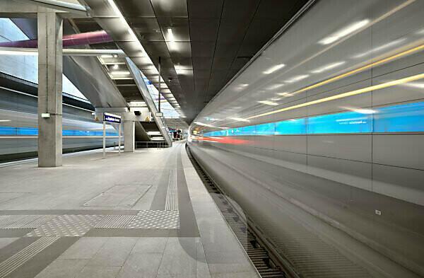 Germany, Saxony, Leipzig, City Tunnel Leipzig, station Bayerischer Bahnhof, arriving city train, bulb exposure, light traces