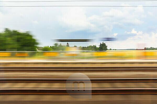 vorbeifahrt an Bahn Haltestelle auf dem Land
