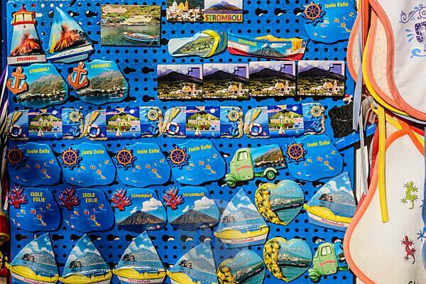 Italien, Sizilien, Liparische Inseln, Stromboli, Stromboli-Ort, Ortsteil San Vincenzo, Souvenirgeschäft, Magnettafeln