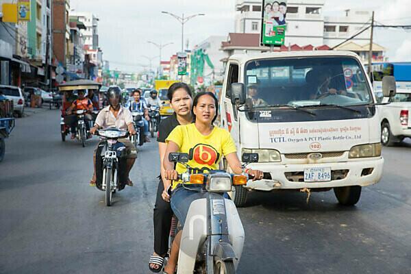 Kambodscha, Phnom Penh, Straßenszene, eine Familie auf einem Mofa